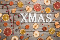 新年结构的在一张木桌上的干果子 抽象空白背景圣诞节黑暗的装饰设计模式红色的星形 平的位置 顶视图 免版税库存图片