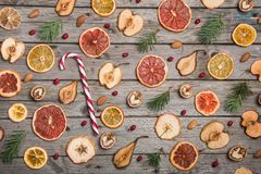 新年结构的在一张木桌上的干果子 抽象空白背景圣诞节黑暗的装饰设计模式红色的星形 平的位置 顶视图 免版税库存照片