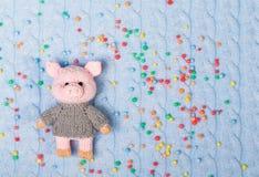 新年编织了在的玩具猪被编织被构造的和色的球背景 平的位置,上面 库存照片