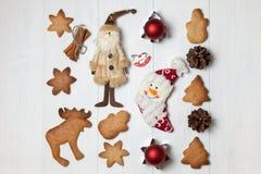新年背景用欢乐曲奇饼和装饰 免版税库存图片