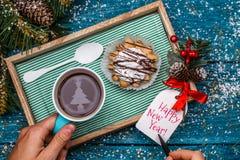 新年茶` s照片与冷杉,蛋糕的图象的 库存图片