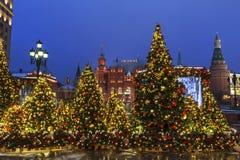 新年莫斯科,到圣诞节`的节日`旅途 Manezhnaya广场的童话森林 免版税库存照片