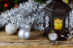 新年蜡烛减速火箭的时钟,葡萄酒皮革手提箱,古板的圣诞树装饰, 免版税图库摄影
