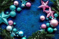 新年装饰框架 圣诞节球和星与云杉的分支在蓝色背景顶视图嘲笑 免版税库存图片