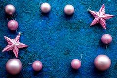 新年装饰框架 圣诞节球和星在蓝色背景顶视图嘲笑 免版税库存照片