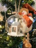 新年装饰球的一点房子 免版税库存图片