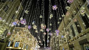 新年装饰,在克里姆林宫在晚上,俄罗斯附近的夜街道 圣诞节照明,明亮的光和 影视素材