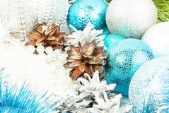 新年银和蓝色装饰在白色背景 库存图片