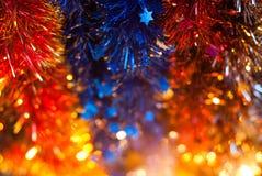 新年闪亮金属片上色了黄色,蓝色,红色,选择聚焦, 图库摄影