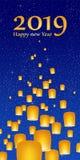 新年问候与明亮的蓝天的年2019年与发光担任主角与黄灯和飞行的中国幸运的灯笼与 库存照片
