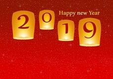 新年问候年2019年有与发光的明亮的红色背景担任主角与黄灯和飞行的中国幸运的灯笼 免版税库存图片