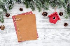 新年问候的空间 纸近的圣诞节戏弄,在轻的背景顶视图大模型copyspace的云杉的分支 库存图片