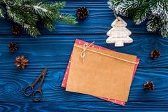 新年问候的空间 纸近的圣诞节玩具和云杉的分支在蓝色木背景顶视图大模型 库存图片
