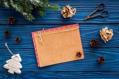 新年问候的空间 纸近的圣诞节玩具和云杉的分支在蓝色木背景顶视图大模型 免版税库存图片