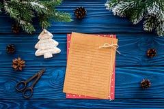 新年问候的空间 纸近的圣诞节玩具和云杉的分支在蓝色木背景顶视图大模型 免版税图库摄影