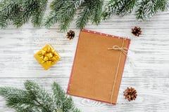新年问候的空间 纸近的圣诞节玩具和云杉的分支在轻的木背景顶视图大模型 免版税图库摄影