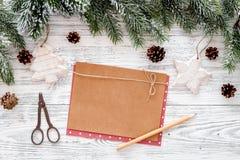 新年问候的空间 纸近的圣诞节玩具和云杉的分支在轻的木背景顶视图大模型 免版税库存图片