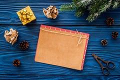 新年问候的空间 纸近的圣诞节礼物和云杉的分支在蓝色木背景顶视图大模型 库存照片