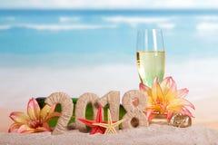 新年题字2018年,瓶和杯香槟decorat 免版税库存图片