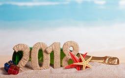 新年题字2018年,瓶香槟,礼物和starfi 库存图片
