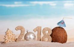 新年题字2018年,而不是n的白色圣诞节球 库存照片