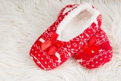 新年,在白色软的毛皮的圣诞节拖鞋 滑稽,滑稽,舒适 免版税图库摄影