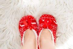 新年,在白色软的毛皮的圣诞节拖鞋 滑稽,滑稽,舒适 免版税库存照片