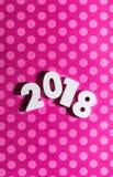 新年:2018年在与Copyspace的桃红色圆点背景 免版税库存图片