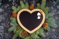 新年\'s结构的圣诞树分支和圣诞树装饰和以心脏,顶视图,p的形式一个框架 免版税库存图片