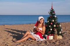 新年2018年圣诞树海滩胜地海女孩 图库摄影