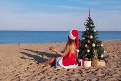 新年2018年圣诞树海滩胜地海女孩 免版税图库摄影