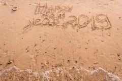 新年2019年是概念-在一个沙滩的题字2019年 库存照片
