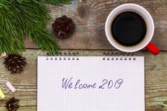 新年2019年概念 在木桌文字欢迎20的笔记本 图库摄影