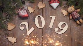 新年2019年概念 背景能圣诞节使用的例证主题 在木背景2019安置的木数字标志 孟加拉火全部 影视素材