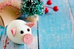 新年2019年食物概念-从鸡蛋的猪 免版税库存照片