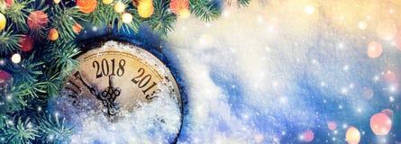 新年2018年-与拨号盘时钟的庆祝在雪 免版税库存照片