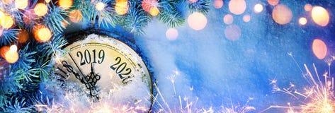 新年2019年-与拨号盘时钟的庆祝在雪 向量例证