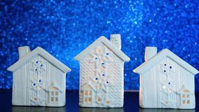 新年2019年 发火焰在Blurred蓝色光闪烁的白色烛台房子里的蜡烛 股票视频