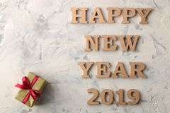 新年2019年 圣诞节 节假日 构成与新年和圣诞礼物和题字新年快乐 免版税图库摄影