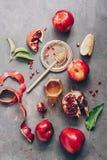 新年-犹太新年 苹果、石榴和蜂蜜在黑暗的土气背景 传统犹太食物 o 库存图片