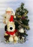 新年` s与圣诞老人和逗人喜爱的狗的照片卡片 免版税库存照片