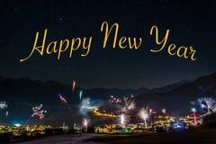 新年` s伊芙烟花在Fiss在有愉快的文本的奥地利 免版税库存图片