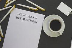 新年` s决议纸、白色笔和徽章 库存图片