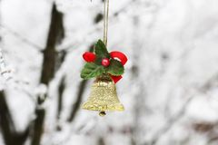 新年` s响铃 在一棵树的圣诞节玩具在冬天 免版税库存图片