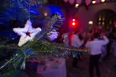 新年` s圣诞晚会 背景圣诞节装饰查出结构树白色 Unr 库存图片