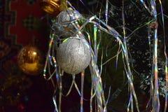 新年` s在圣诞树戏弄,提出新年,圣诞节 免版税库存照片
