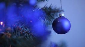 新年` s在象雪花和红色球的圣诞树戏弄 新年` s在一个多雪的分支的装饰球 空白 库存照片