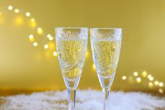 新年` s构成:两块玻璃用在金子bac的香槟 库存照片