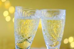 新年` s构成:两块玻璃用在金子bac的香槟 免版税库存图片