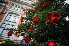 新年` s树,装饰用金黄和红色球、小珠和闪亮金属片 免版税库存图片